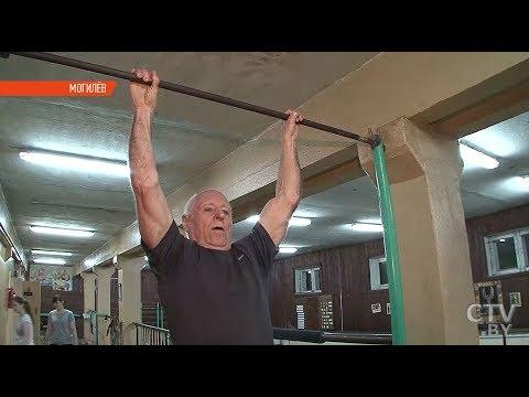 Дед-атлет: 80-летний физрук подтягивается и отжимается не хуже молодых