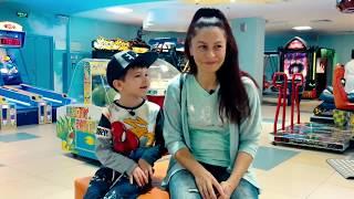 Денис против мамы. Челлендж на игровых автоматах для детей kids | DenLion Family