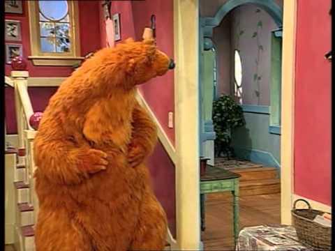 bruine beer in het blauwe huis 4