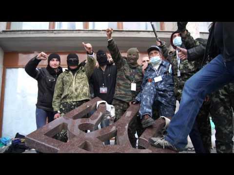 Donetsk: State emblem of Ukraine split by crowd // Символ единой Украины расколот толпой
