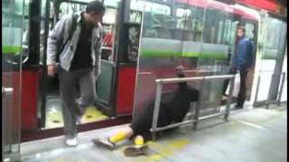 Lik mrtav pijan ceka bus (SMESNO)