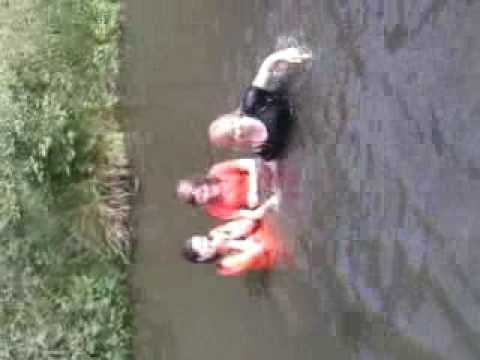 In het kanaal zwemmennn.
