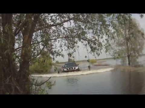 Nissan Navara едет по воде. Разлив Десны 2013