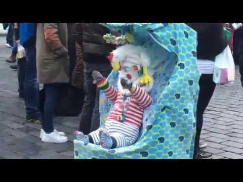 赤ちゃんに扮したピエロのストリートパフォーマンス