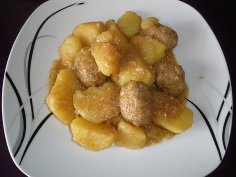Guiso de albondigas con patatas, receta.  (Meatballs with potatoes)