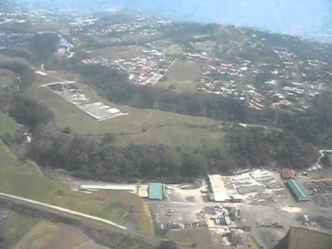 COSTA RICA, VISTA AEREA DE SAN JOSE Y ALAJUELA DURANTE ATERRIZAJE