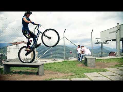 Bike Trials Woman - Monica Guzman mostrando