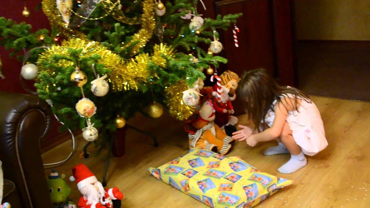 Дед мороз готовит подарки из игрушек и конфет для семей