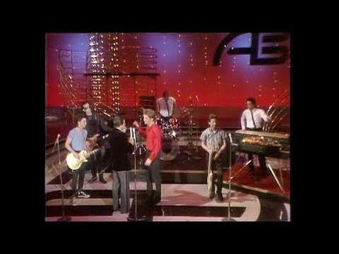 Download  Dick Clark Interviews Huey Lewis - American Bandstand 1982 Gratis, download lagu terbaru