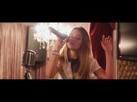 парень с симпатичной девушкой очень эмоционально поют под гитару мота