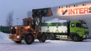 Ljungby L11 loading snow on Volvo FH12 with trailer