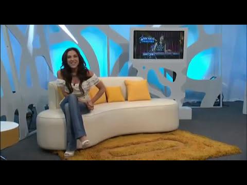 Presentadora Sandra Corcuera muestra sus pechos en directo