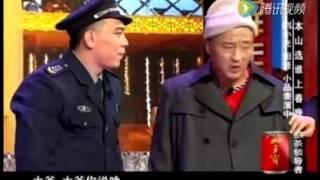 《本山 选谁上春晚》:赵四身穿风衣,和他儿子赵五停个车把赵本山梁宏达笑的肚子痛