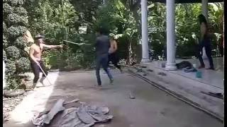 Những thanh niên đánh nhau dữ dội