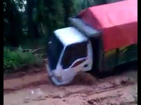 Truk ISUZU ELF Hampir Gelimpang Lewati Jalan Berlumpur Borneo