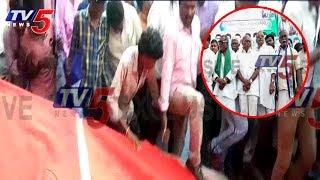 జగన్ పాదయాత్రలో అపశృతి: కుప్పకూలిన స్టేజి | Stage Collapse In Jagan's Padayatra