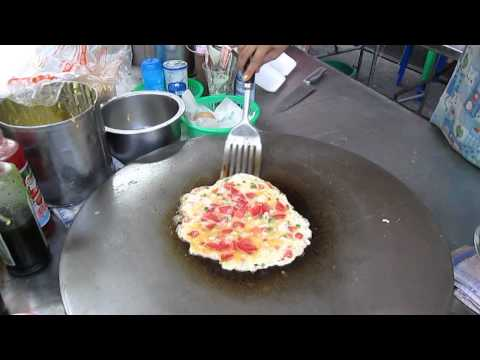 Thai street food: Makin' an  Omelet