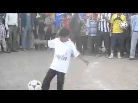 طفل يمني موهوب في التحكم بكرة القدم