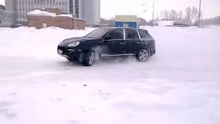 Porsche Cayenne Turbo snow drift