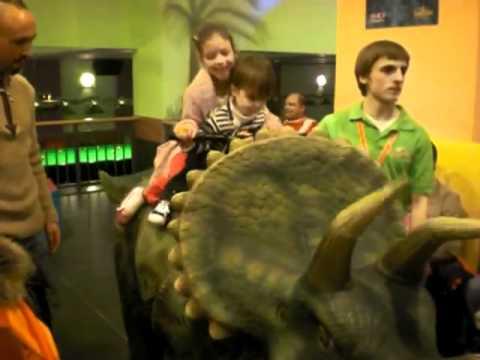 Azalaya u Delaoya fuq dinosawru