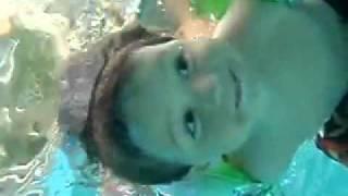 Niño de 2 años descubre que puede ver bajo el agua