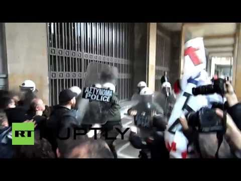 Greece: Police clash with protesting unionists