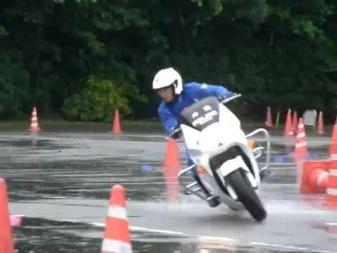 policia japones, manejo increible de la moto.