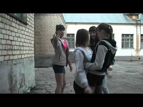 Русская малолетка делает Растяжку. Две русские малолетки.