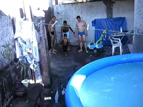 Mergulhos espetaculares em piscina de plastico youtube for Piscinas baratas de plastico