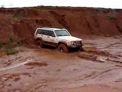 CHEROKEE DESCENDO NO BARRO