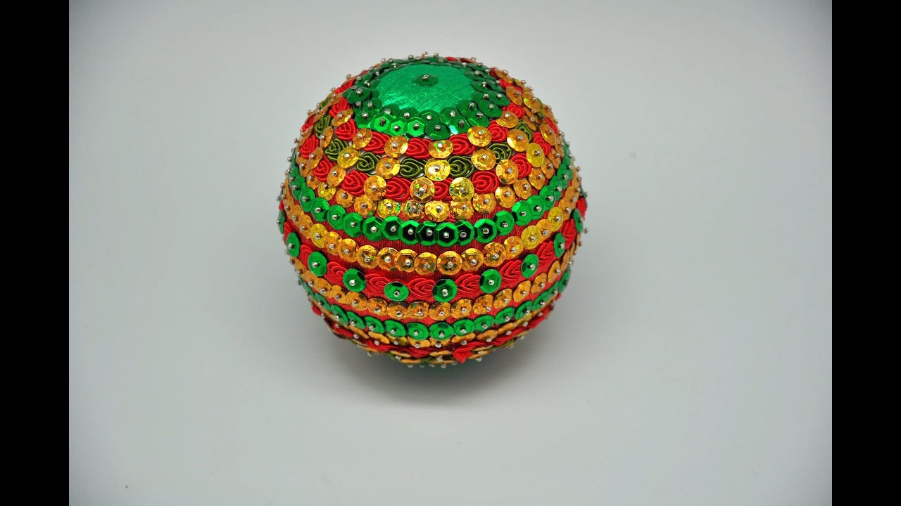 ... bombkę z cekinów, bibuły i taśmy Christmas ball DIY - YouTube