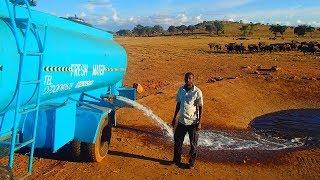 هذا الرجل كل يوم يذهب بشاحنة تحمل 11,356 لتر من الماء ويفرغها في هذا المكان شاهد لماذا يفعل ذالك