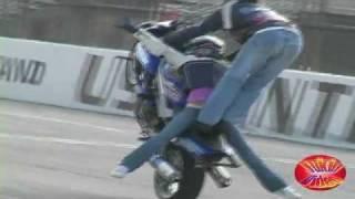 Chica Se Cae De Motocicleta Haciendo Acrobacias Video.flv