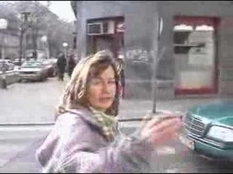 Luda zena na ulici