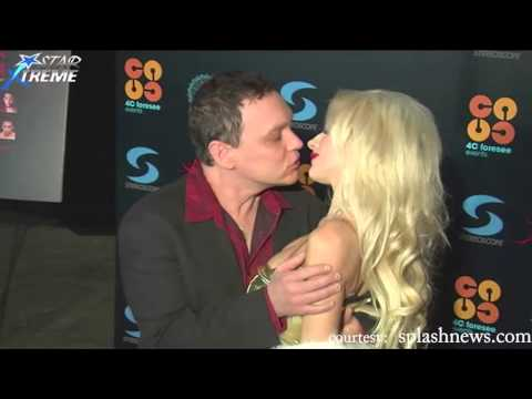 Hollywood Celebrities Kissing In Public - Top 10