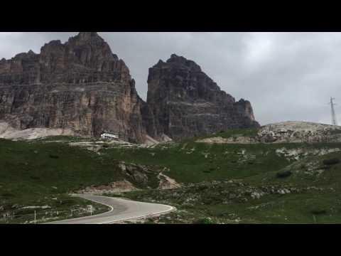 Альпы. Красивый подъем в горы, живописные места в Альпах. Италия. Альпы.