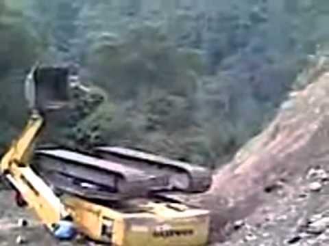 escavadeira hidraulica tombando