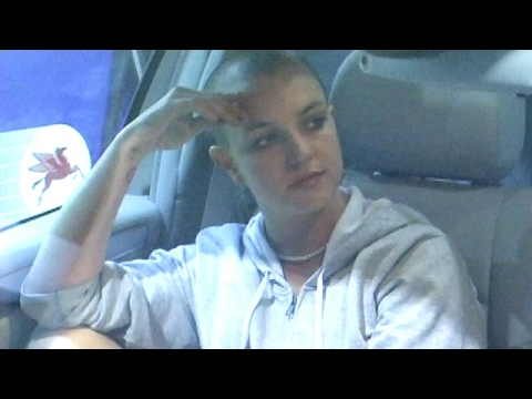 ARCHIVE: 10 Years Ago Britney Spears Attacks Paparazzi With Umbrella!
