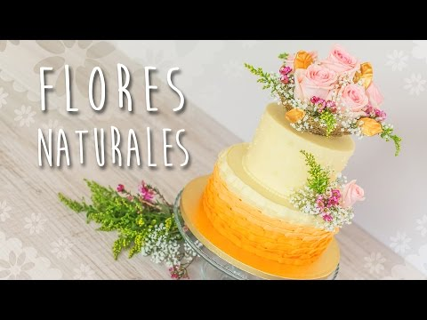 Decoración de tarta con flores naturales