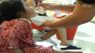 [Sock] Clip bé gái 2 tuổi bị nhồi sữa ở Hà Nội