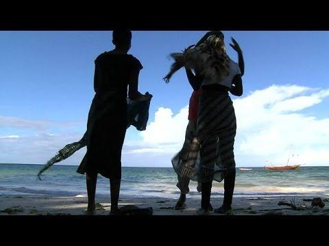 أطفال كينيون يمارسون الجنس مع السياح من أجل مبالغ مغرية thumbnail