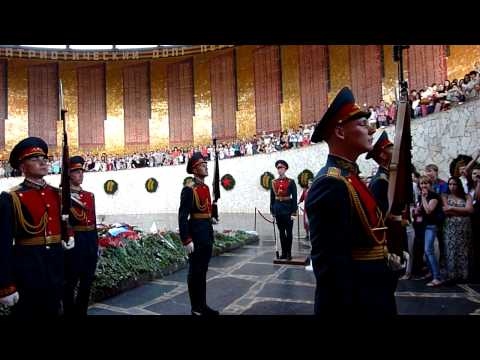 Смена караула у Вечного огня в Волгограде