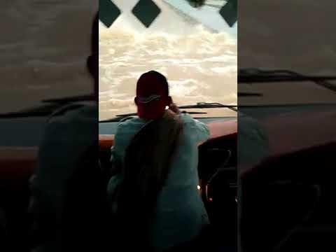Ini Bus Yang Nekat Terjang Banjir di Tol Ngawi