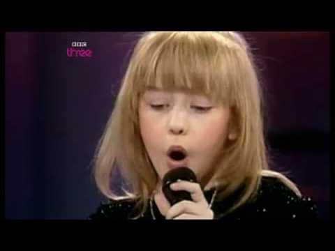cristina cantando de niña