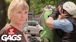 Mejores Bromas -  Beso sexy gay entre turista y policía