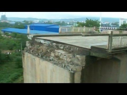 Tres desaparecidos tras colapsar un puente en China