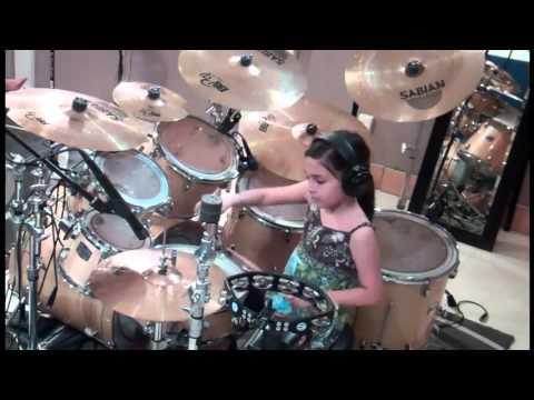10χρονη κοπέλα παίζει εξαιρετικό Ντραμς