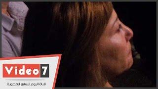 بالفيديو.. صفاء الطوخى تبكى تأثرا بعرض فيلم عن حياة والدتها الراحلة فتحية العسال
