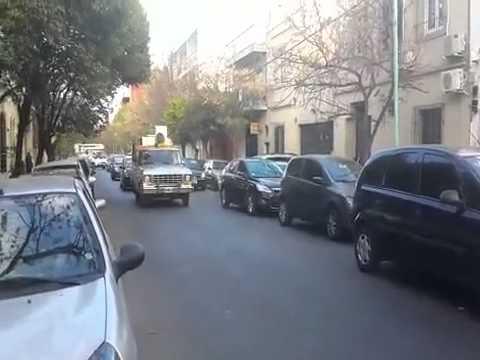 Camioneta pasa con altoparlante y le brinda información a Francisco