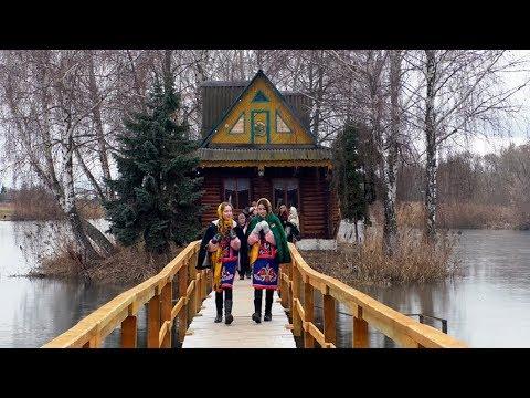"""""""Різдвяні передзвони"""" у Старому Солотвині: колядки, частування і оновлений будиночок на воді"""